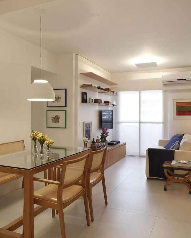 17. Decoração de apartamento em cores neutras com sala de estar e jantar integradas pequenas – Foto: Decor Fácil