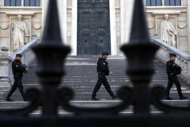 Policiais em frente ao Palácio de Justiça de Paris, onde acontece julgamento pelos atentados de 13 de novembro de 2015