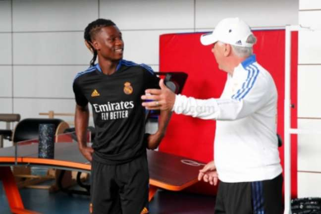 Primeiro contato de Camavinga com Carlo Ancelotti no Real Madrid (Foto: Helios de la Rubia / Real Madrid)