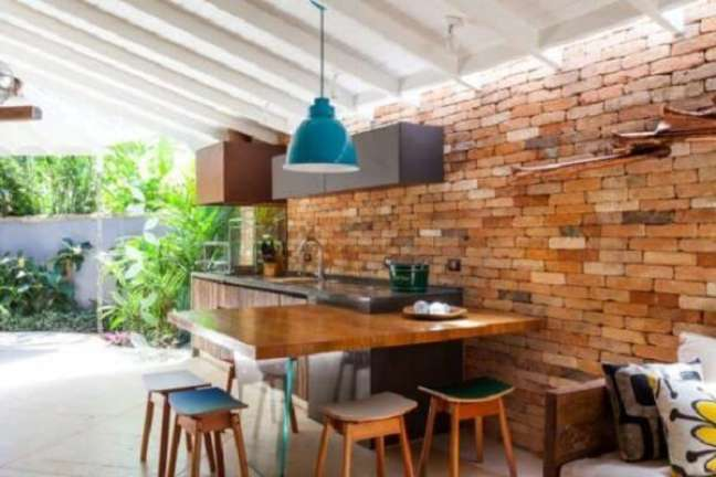 30. Edícula simples com bancada de madeira e parede de tijolinho a vista. Fonte: Decor Fácil