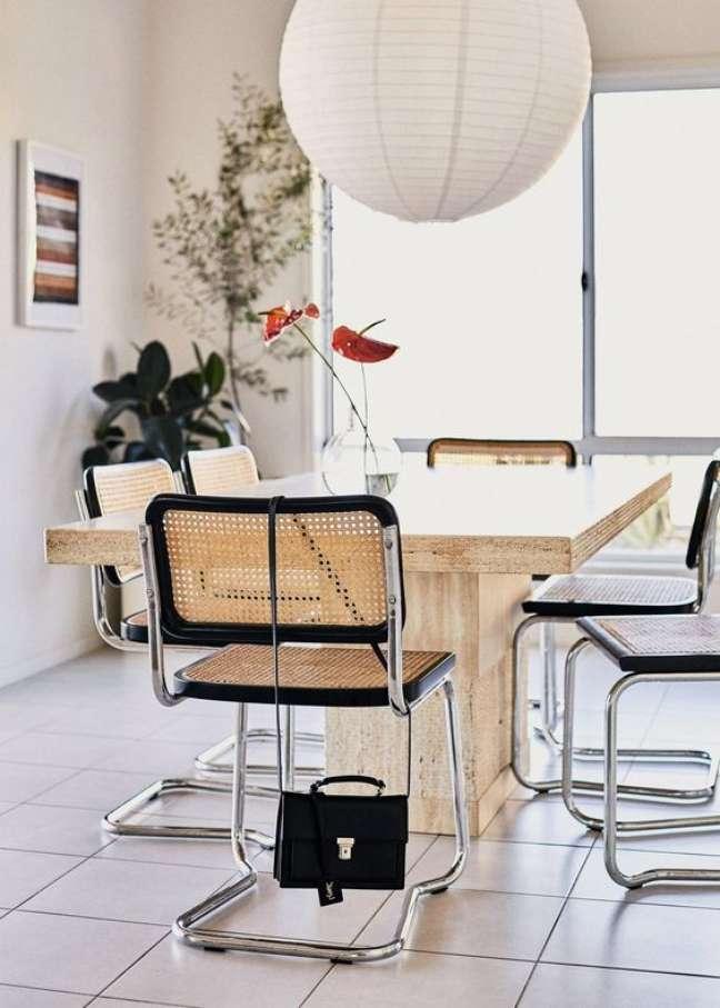 36. Cadeira cesca na mesa de jantar de madeira – Foto Steffanie Ball