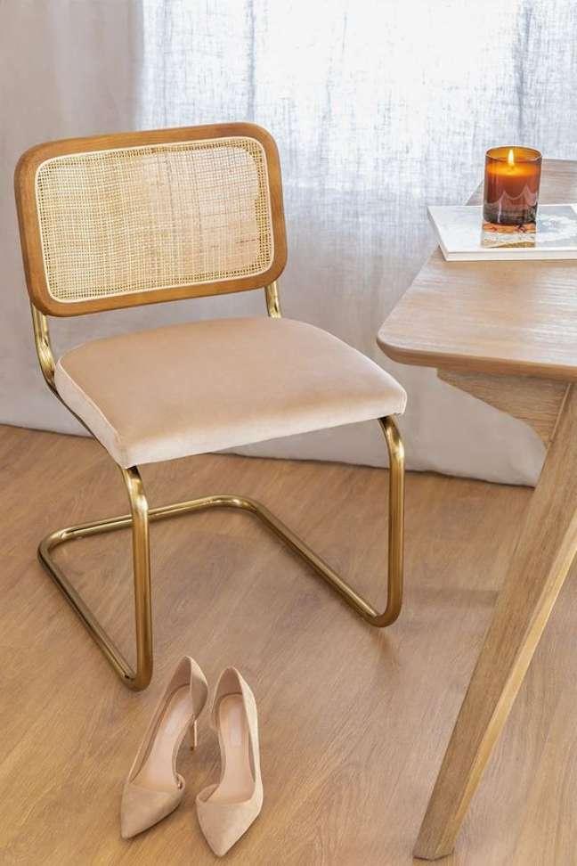 31. Cadeira cesca com dourado na decoração da sala de jantar – Foto Sklum