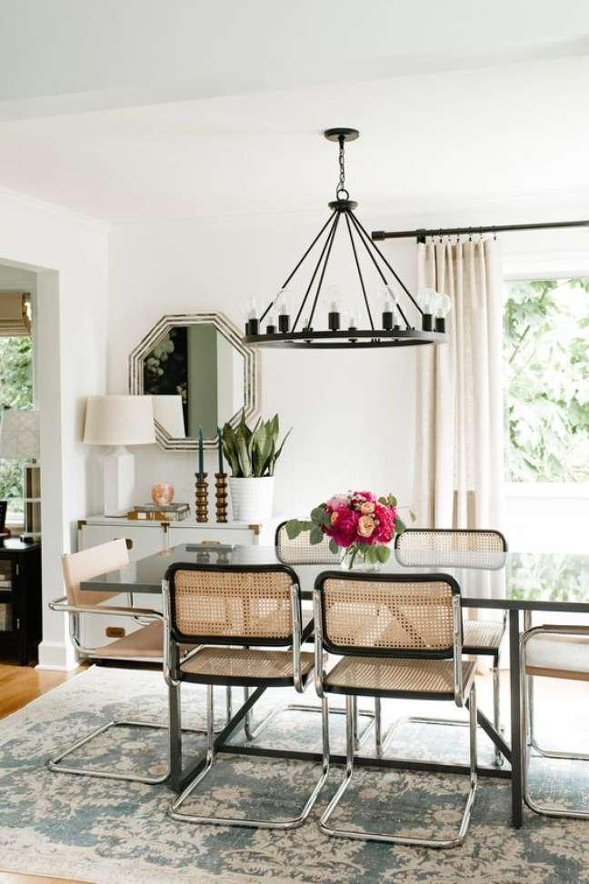 4. Cadeira cesca na sala de jantar com mesa de vidro e lustre rústico – Foto Westelm
