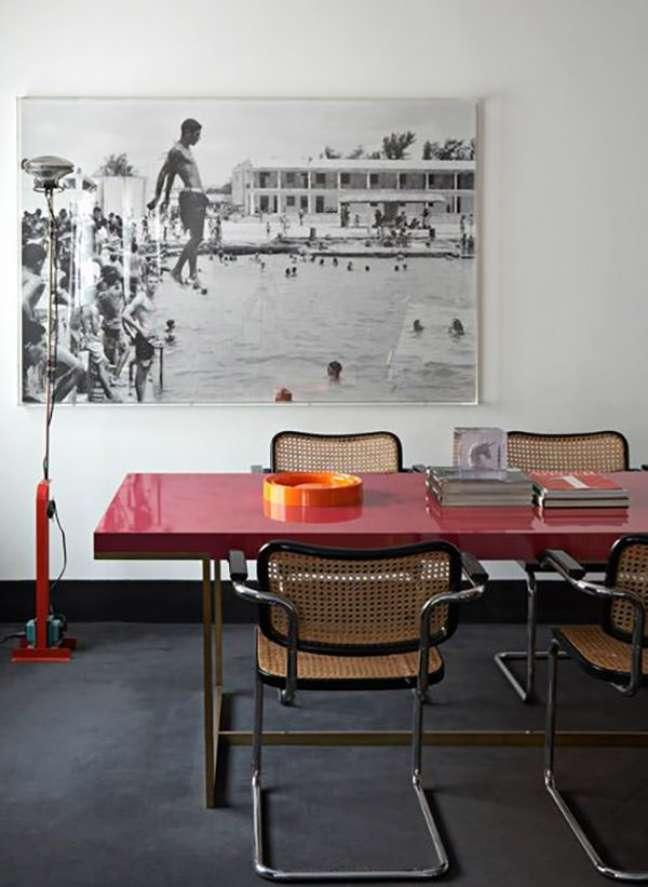 8. Mesa de jantar vermelha com cadeira cesca – Foto Singulares Magazine