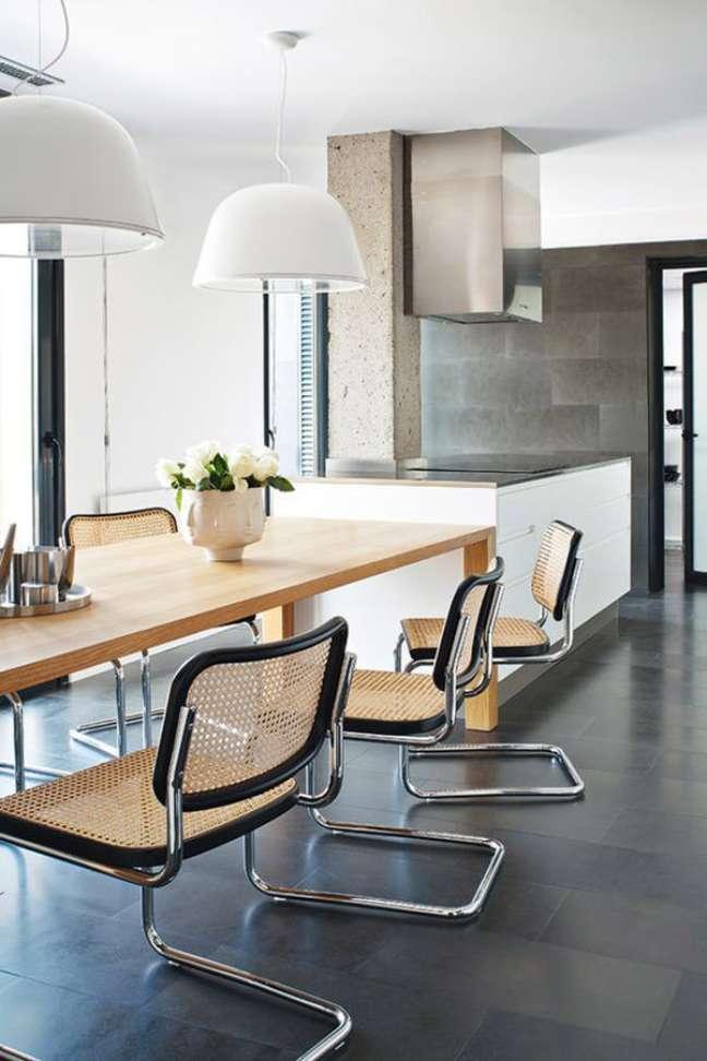 22. Sala de jantar com cadeira cesca e detalhes em preto – Foto Manolo Yilera Projeto Enric Pastor