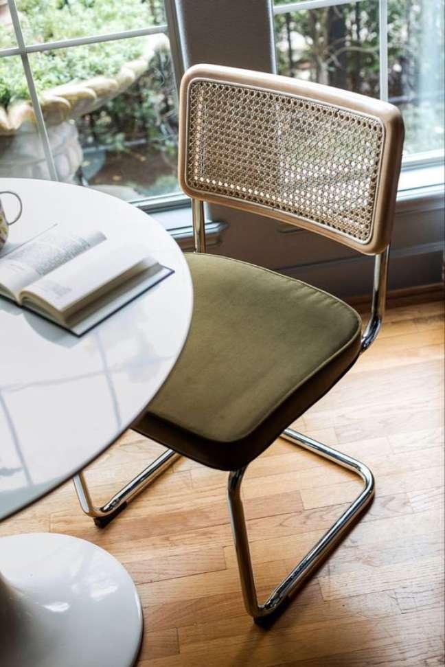 32. Cadeira cesca com estofado verde e encosto palhinha – Foto Edloe Finch