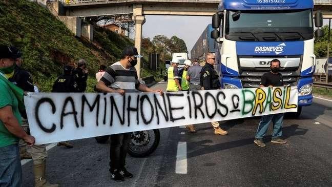 Mensagens em grupos de caminhoneiros revelam racha na categoria sobre apoio ao bloqueio de rodovias