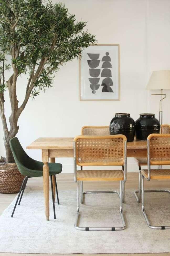55. Mesa de jantar de madeira com cadeira cesca e poltrona verde -Foto Casa Tres Chic