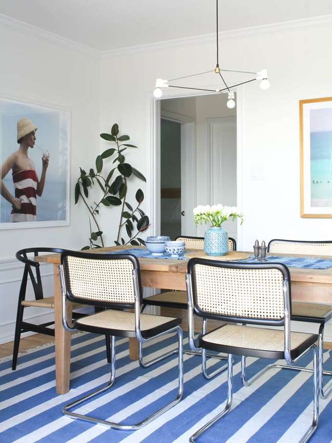 56. Mesa de jantar de madeira com cadeira cesca e tapete azul e branco – Foto Jared Richard Courtesy of Taylor Jacobson