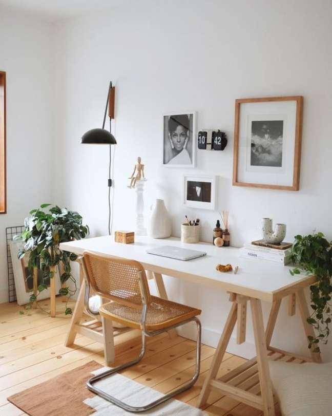 53. Mesa de escritório feita com cavalete e cadeira cesca sem braço – Foto Greend Wedding Shoes