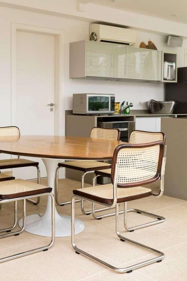 11. Mesa oval com cadeira cesca – Foto Edu Castello