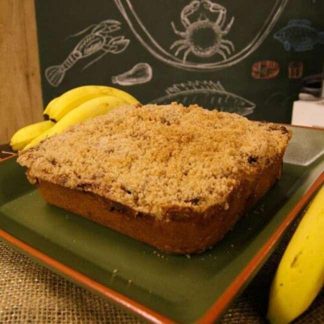 Aprenda como fazer cuca de banana com farofa.