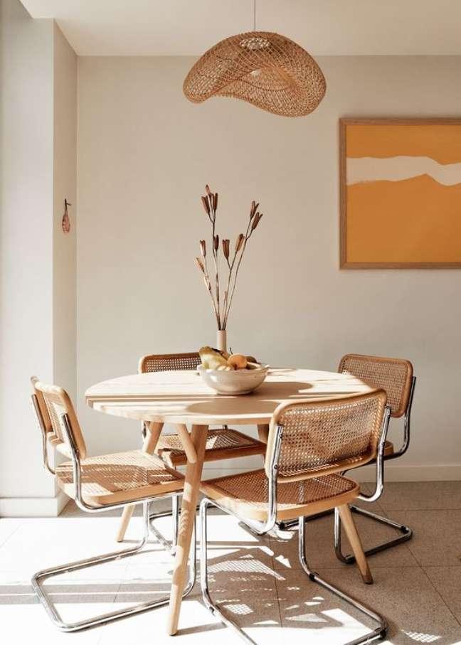 58. Mesa de jantar de madeira com cadeira cesca sem braço e decoração boho – Foto Bed Threads
