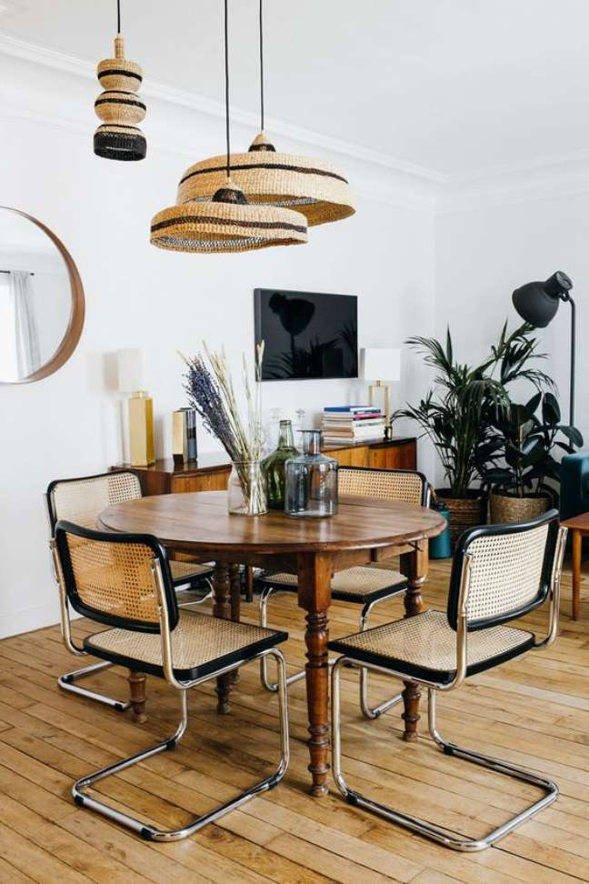 1. Mesa redonda provençal com cadeira cesca moderna – Foto Marilyne Salini