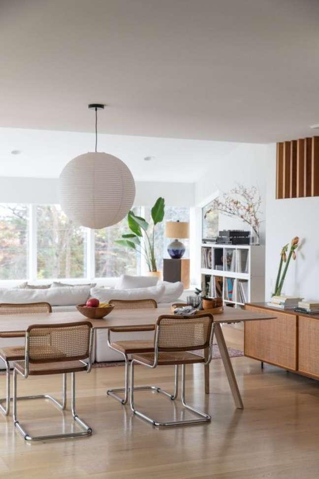 43. Casa no conceito aberto com mesa de jantar e cadeira cesca – Foto Dwell