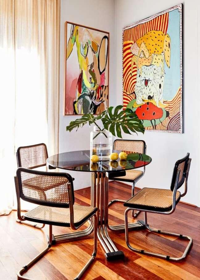 38. Cadeira cesca na mesa redonda e sala de jantar moderna – Foto Poppy Lissiman