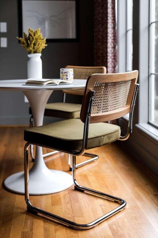 33. Cadeira cesca com estofado verde – Foto Edloe Finch