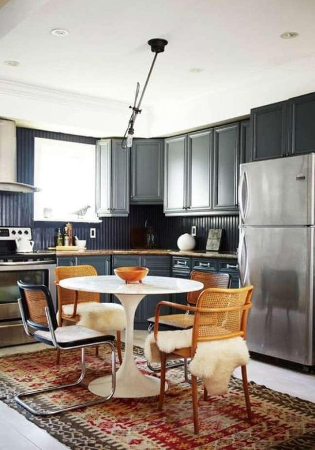 44. Cozinha com cadeira cesca e outros modelos de cadeira – Foto JHenn Hannotte