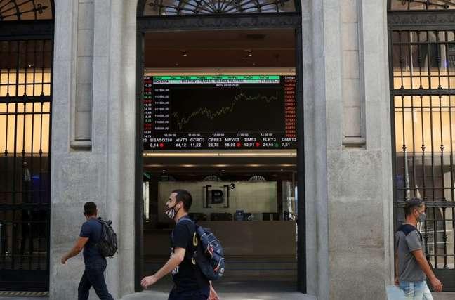 Com IOF, Ibovespa cai 2,07%, e cede 2,49% na semana REUTERS/Amanda Perobelli