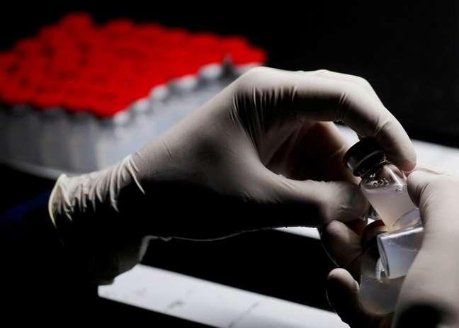 Agente de laboratório segura frasco da vacina contra a Covid-19 da Sinovac em Cairo, no Egito 31/08/2021 REUTERS/Amr Abdallah Dalsh