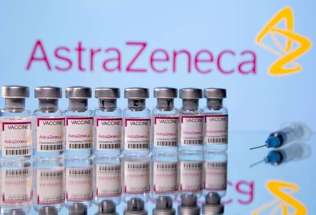 Frascos da vacina contra a Covid-19 da Astrazeneca e uma seringa 14/03/2021 REUTERS/Dado Ruvic/Ilustrativa/Arquivo