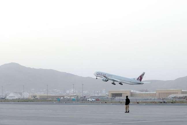 Primeiro voo internacional desde a conclusão da retirada das tropas norte-americanas do Afeganistão decola do aeroporto de Cabul 09/09/2021 WANA (West Asia News Agency) via REUTERS