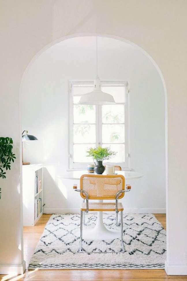 13. Mesa pequena para cozinha com cadeira cesca – Foto The Everygirl