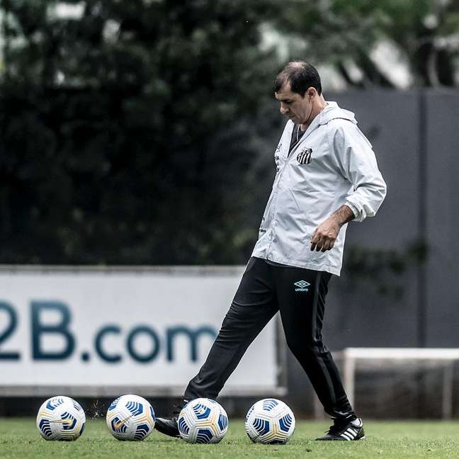 Carille durante o seu primeiro treino como novo técnico do Santos