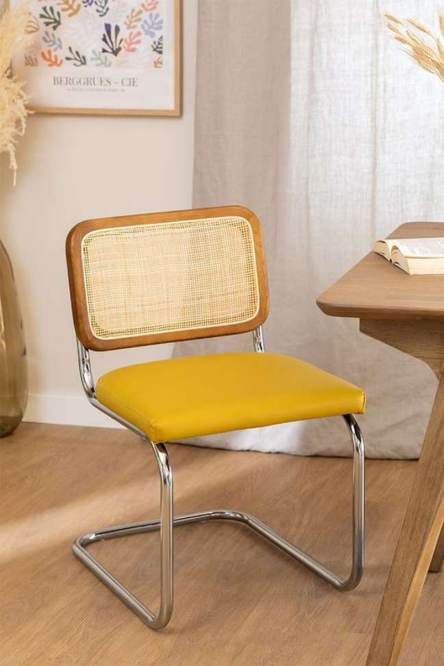 40. Cadeira cesca na sala de jantar com estofado amarelo estilo vintage – Foto Sklum