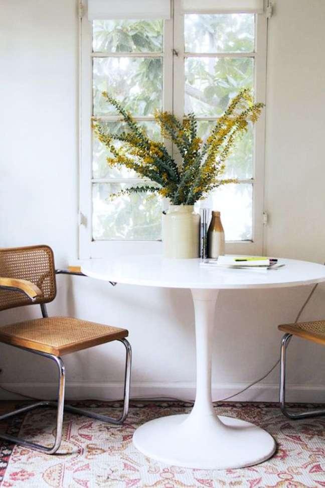 15. Mesa redonda e pequena com cadeira cesca – Foto Eva Black Design