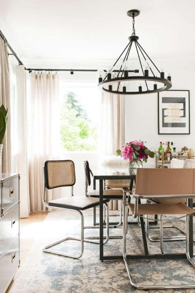 21. Sala de jantar com cadeira cesca com lustre rústico – Foto Emily Ruf West Elm