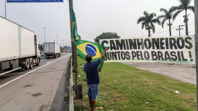 Alguns caminhoneiros entenderam pedido de Bolsonaro como 'mensagem cifrada'. Para eles, presidente quer bloqueio, mas 'precisa' fingir publicamente que não apoia a paralisação.