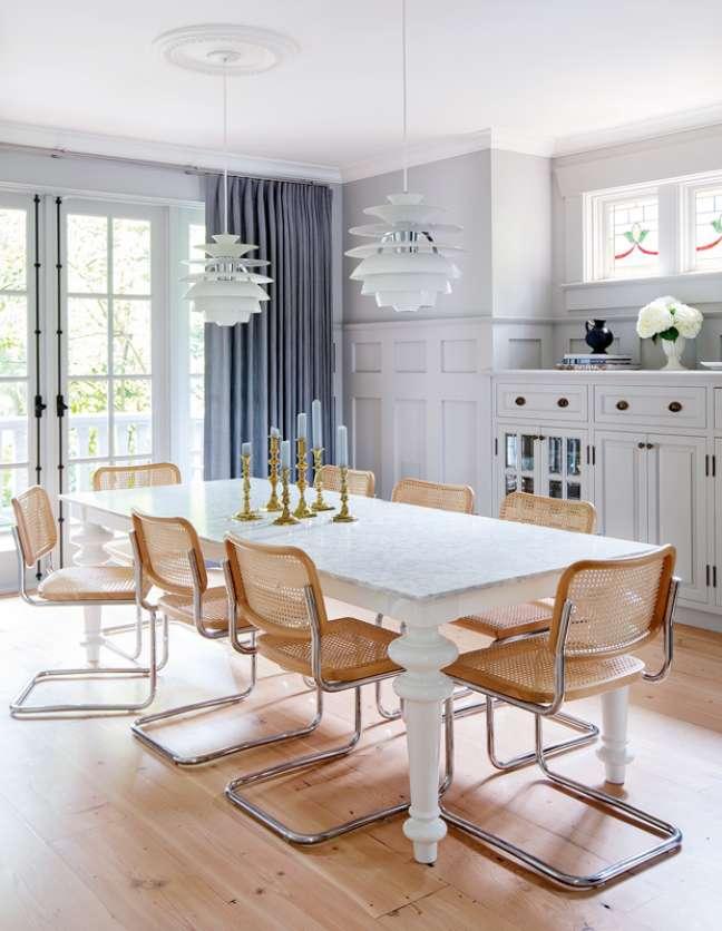 6. Mesa de jantar provençal branca com cadeira cesca – Foto Janis Nicolay