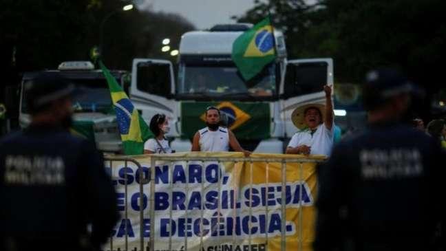 Caminhoneiros fazem paralisação e se manifestam a favor do presidente Jair Bolsonaro
