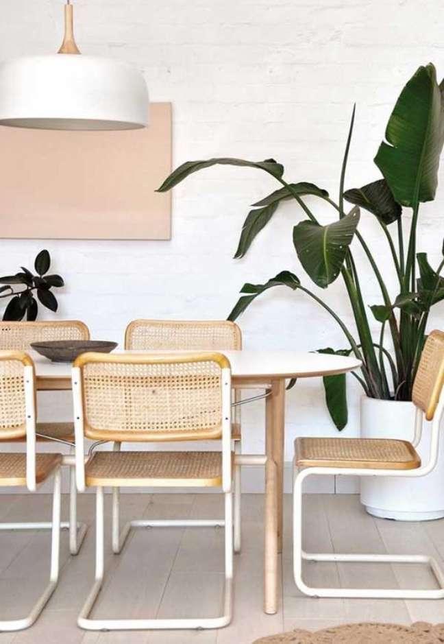 25. Sala de jantar com cadeira de palha branca – Foto Decor Facil