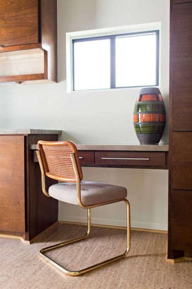 35. Cadeira cesca na escrivaninha – Foto Laurie Perez