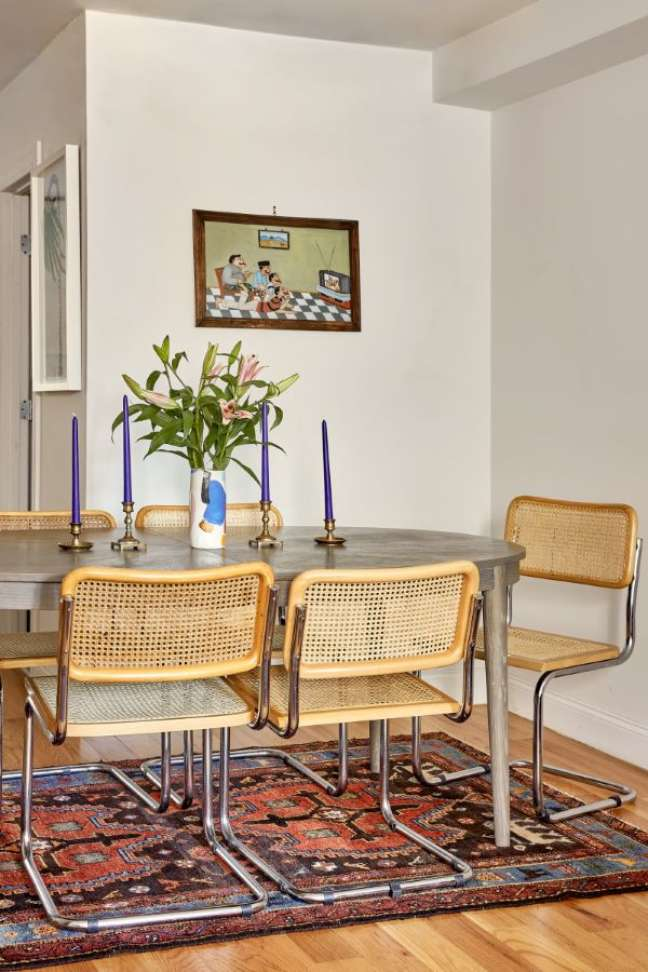 57. Mesa de jantar de madeira com cadeira cesca – Foto Aaron Bengochea