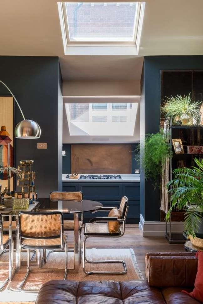 29. Sala moderna e azul com cadeira cesca – Foto The Nordroom