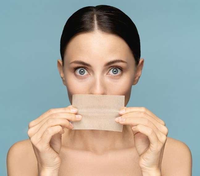Oleosidade excessiva, poros dilatados e acnes são características da pele oleosa
