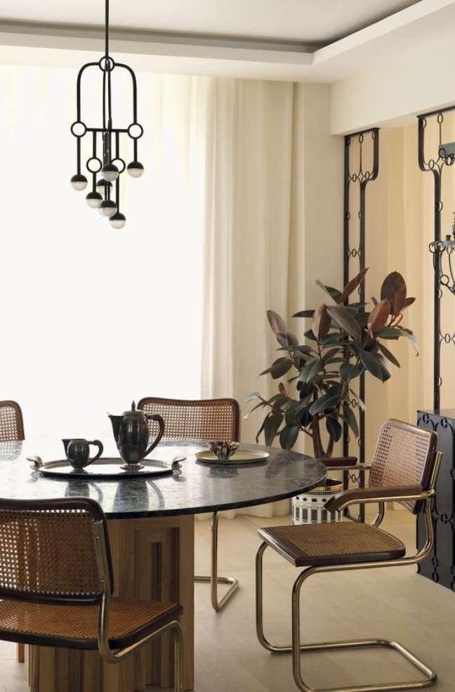 14. Mesa redonda com cadeira cesca de madeira – Foto Elle Decor
