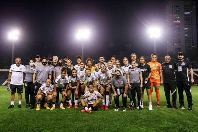 Grazi, sentada no centro da imagem, comemorou os 200 jogos com goleada (Foto: Marco Galvão/Ag. Corinthians)
