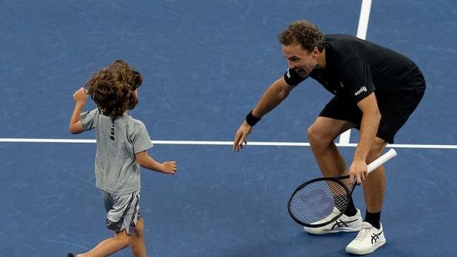 Bruno Soares se prepara para abraçar seu filho após a vitória na semifinal