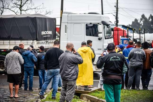 Caminhoneiros continuam concentrados no entroncamento da BR-116 e BR-282, em Lages (SC)