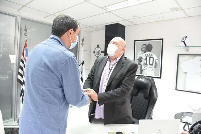 Presidente Rueda cumprimenta novo técnico do Santos. Carille Reprodução Twitter @SantosFC