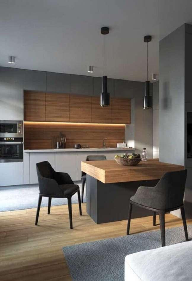 62. Tons de cinza para decoração moderna de cozinha planejada com ilha com detalhes em madeira – Foto: Decor Fácil