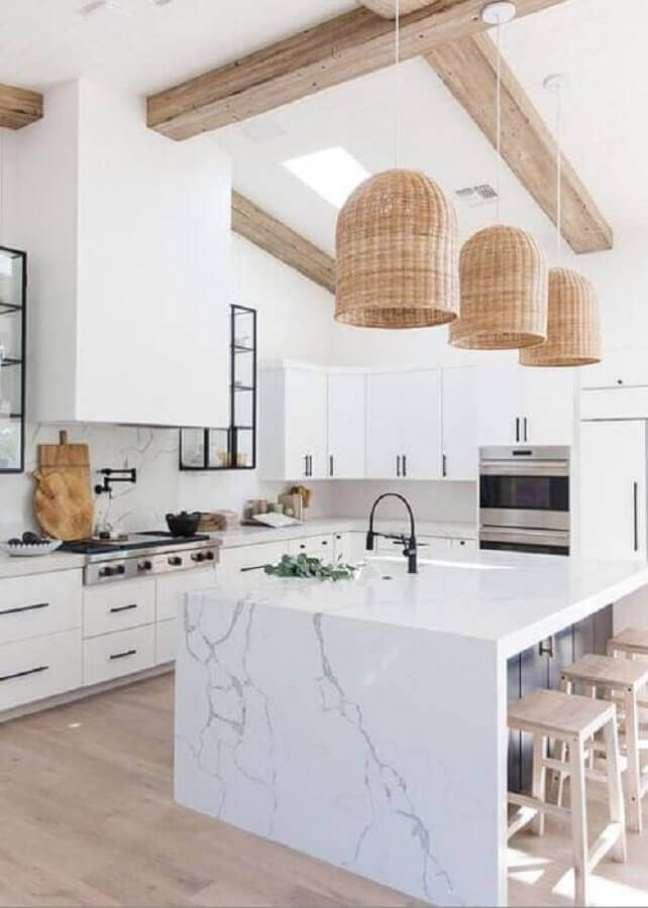 5. Decoração clean com luminária rústica para cozinha planejada grande com ilha de mármore – Foto: Home Fashion Trend