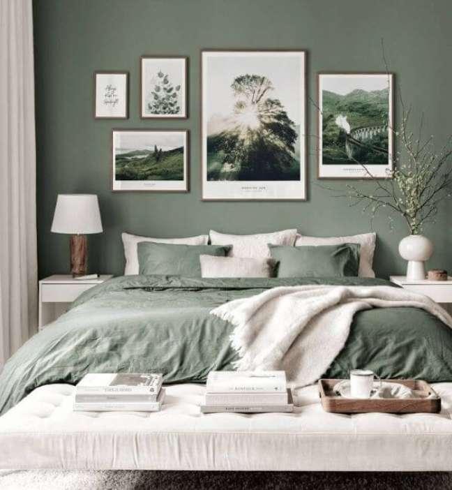 32. Quarto de casal com parede e roupa de cama na cor verde sage – Foto Wallsquace