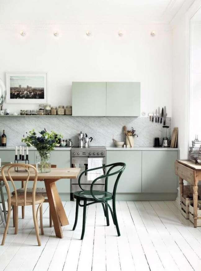 51. Cozinha com armário verde sage e mesa de madeira – Foto Archiview point