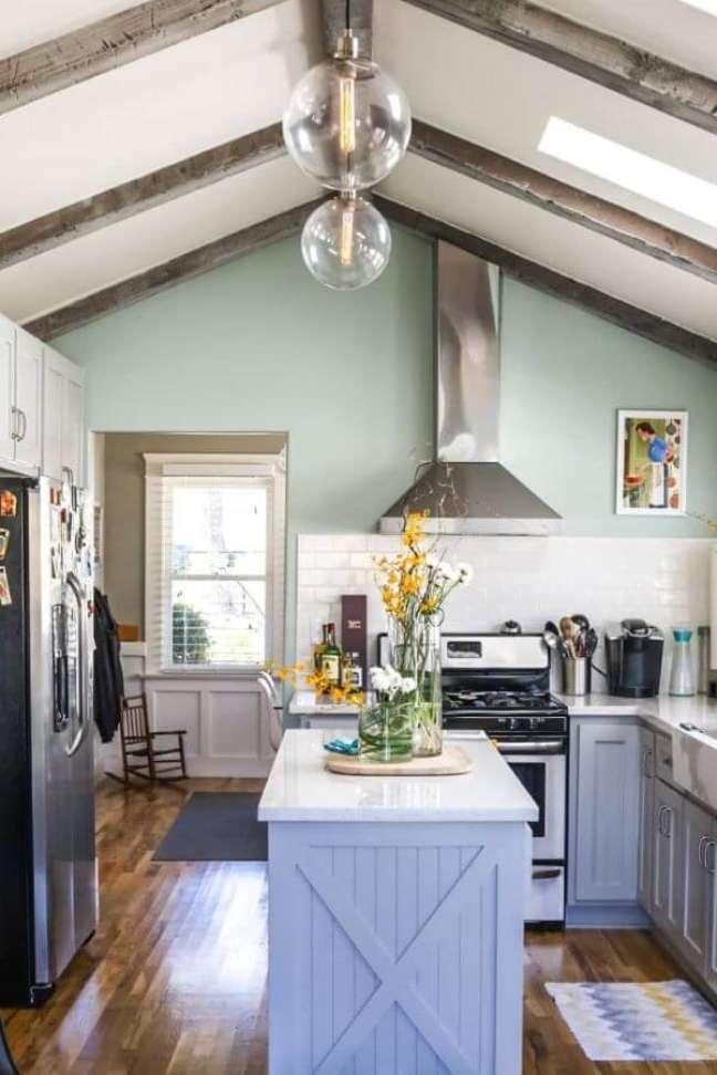 50. Cozinha com armario verde sage e balcao azul – Foto Bethany Nauret
