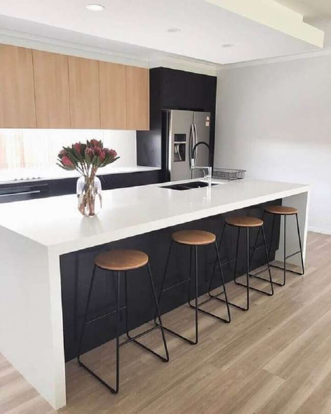 46. Decoração minimalista para cozinha planejada com ilha preta e branca com armário aéreo de madeira – Foto: Home Fashion Trend